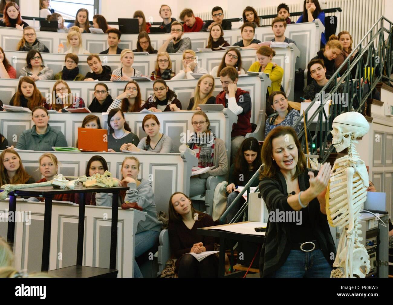 Ersten Semester Medizin und Zahnmedizin Studenten besuchen einen ...