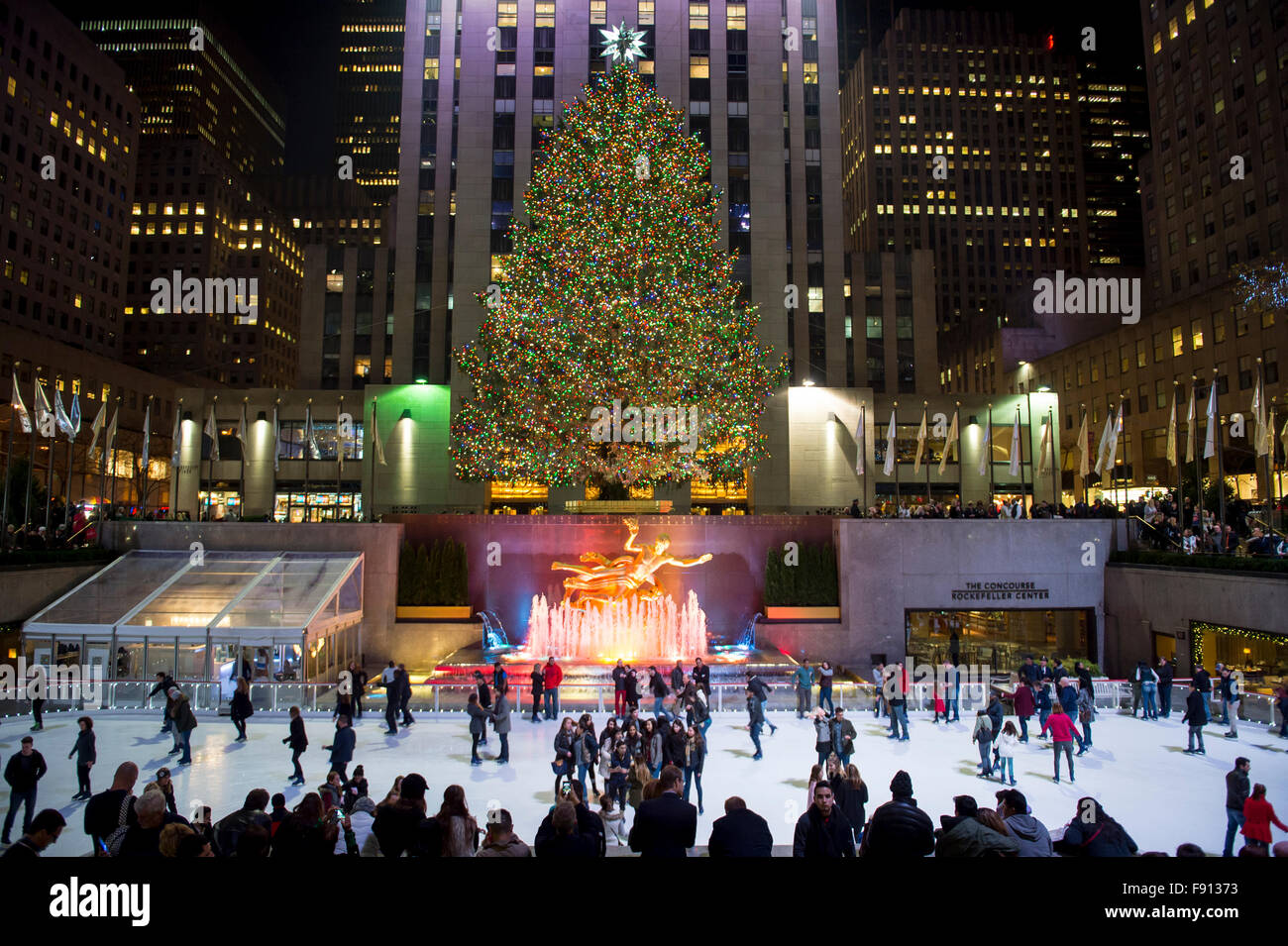 NEW YORK CITY, USA - 10. Dezember 2015: Eisläufer füllen die Eisbahn unter dem Rockefeller Center Weihnachtsbaum. Stockfoto