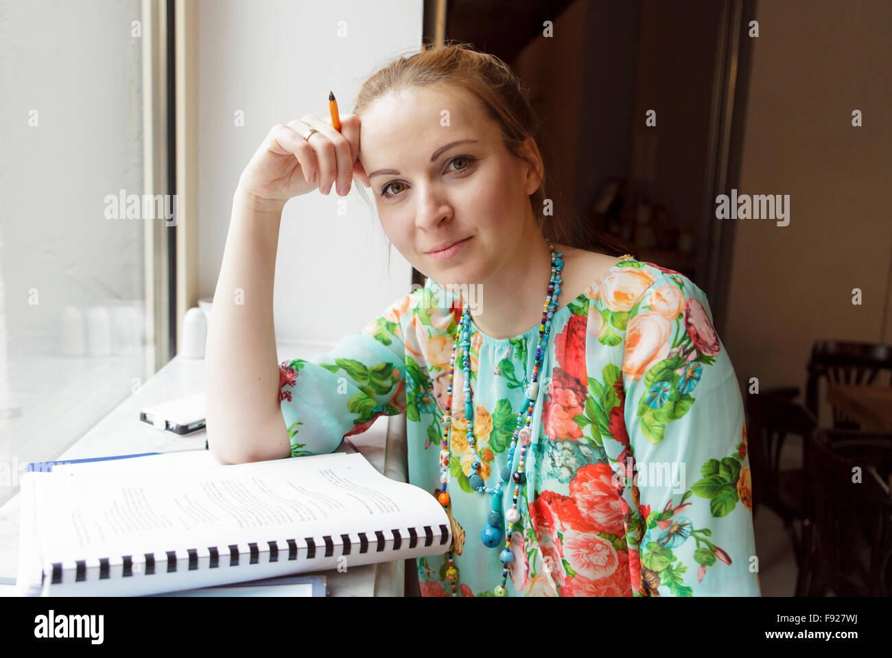 Junge Frau in das Café zu studieren Stockbild