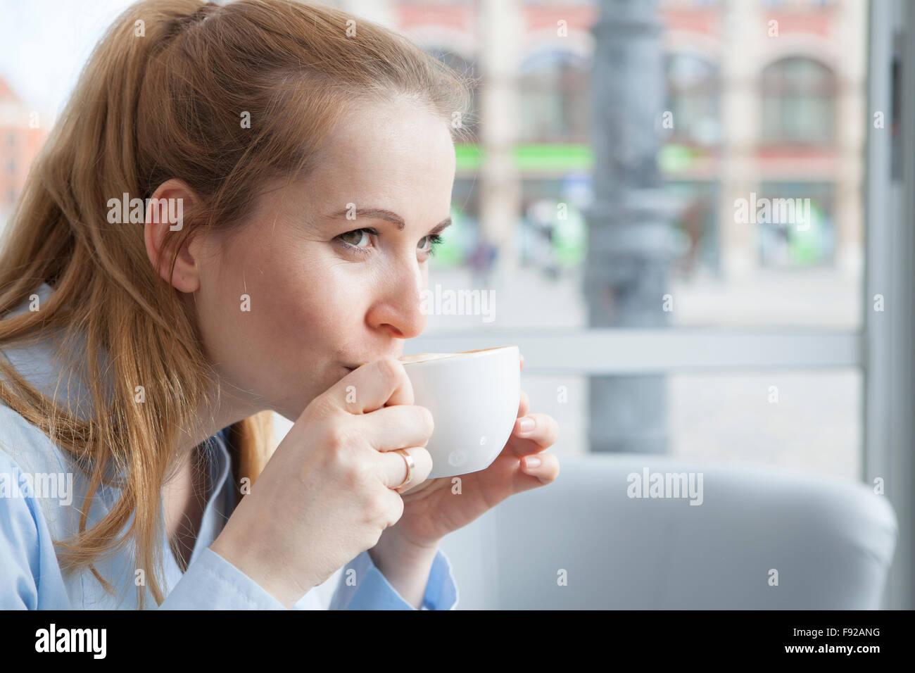 Frau trinkt Kaffee Stockfoto