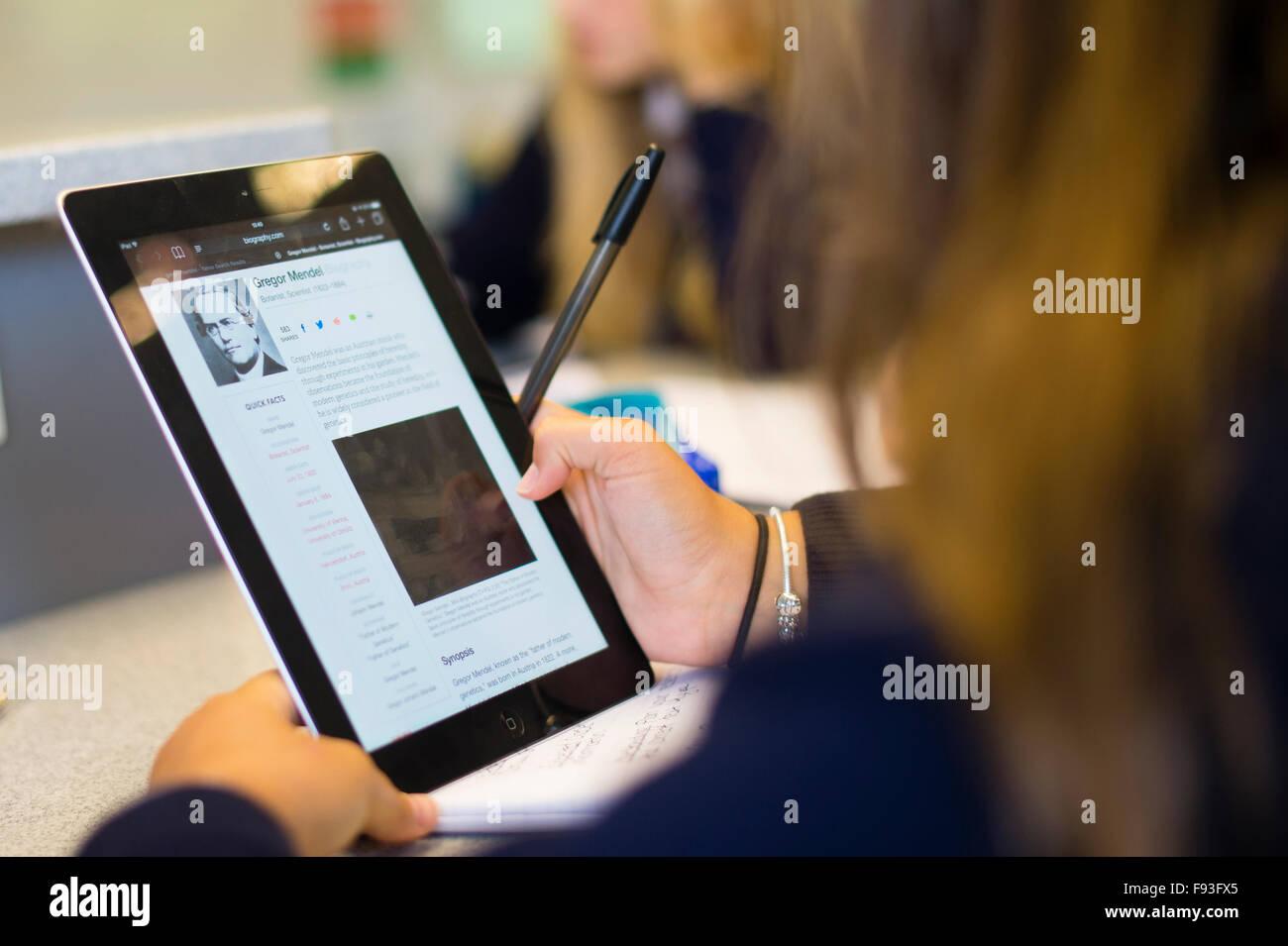 Sekundarstufe II Wales UK: Student Schüler mittels Informationstechnologie (Apple iPad Tablet-Computer), um Stockbild