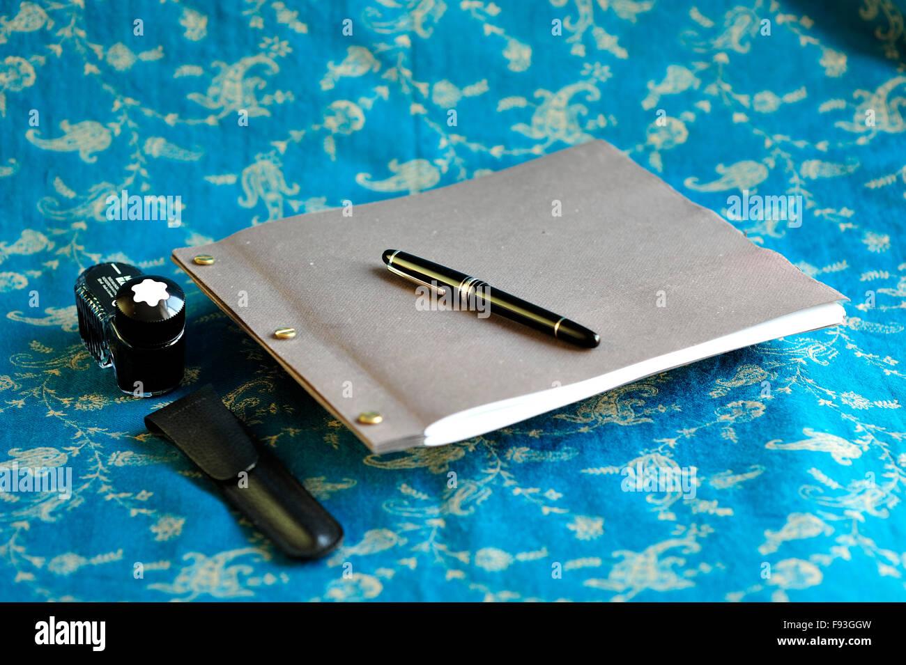 Handgefertigte, stilvolle Zeitschrift. Hand gefertigt, texturierte Papierqualität. Trendige Hipster Geschenk. Hautnah. Stockfoto