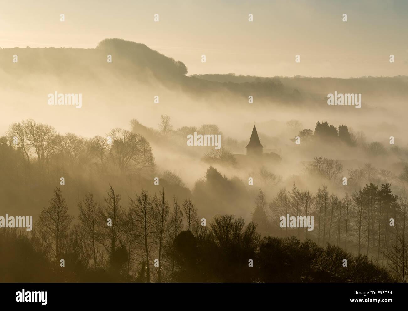 Einen nebelhaften Blick von der North Downs Way des Dorfes postling, Kent, Großbritannien. Stockbild