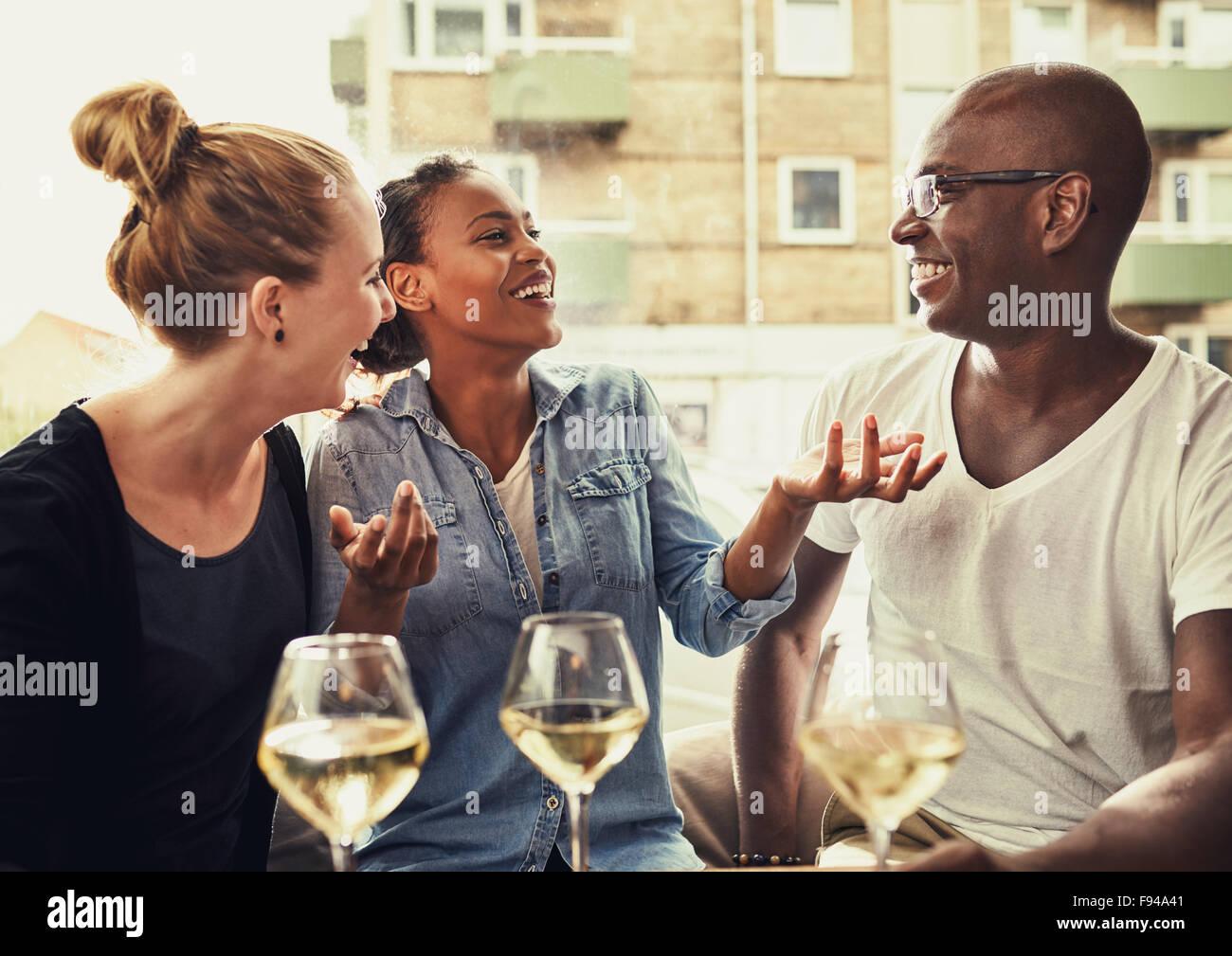 Freunde, Essen, Multi-ethnische Konzept, lachen und viel Spaß Stockbild
