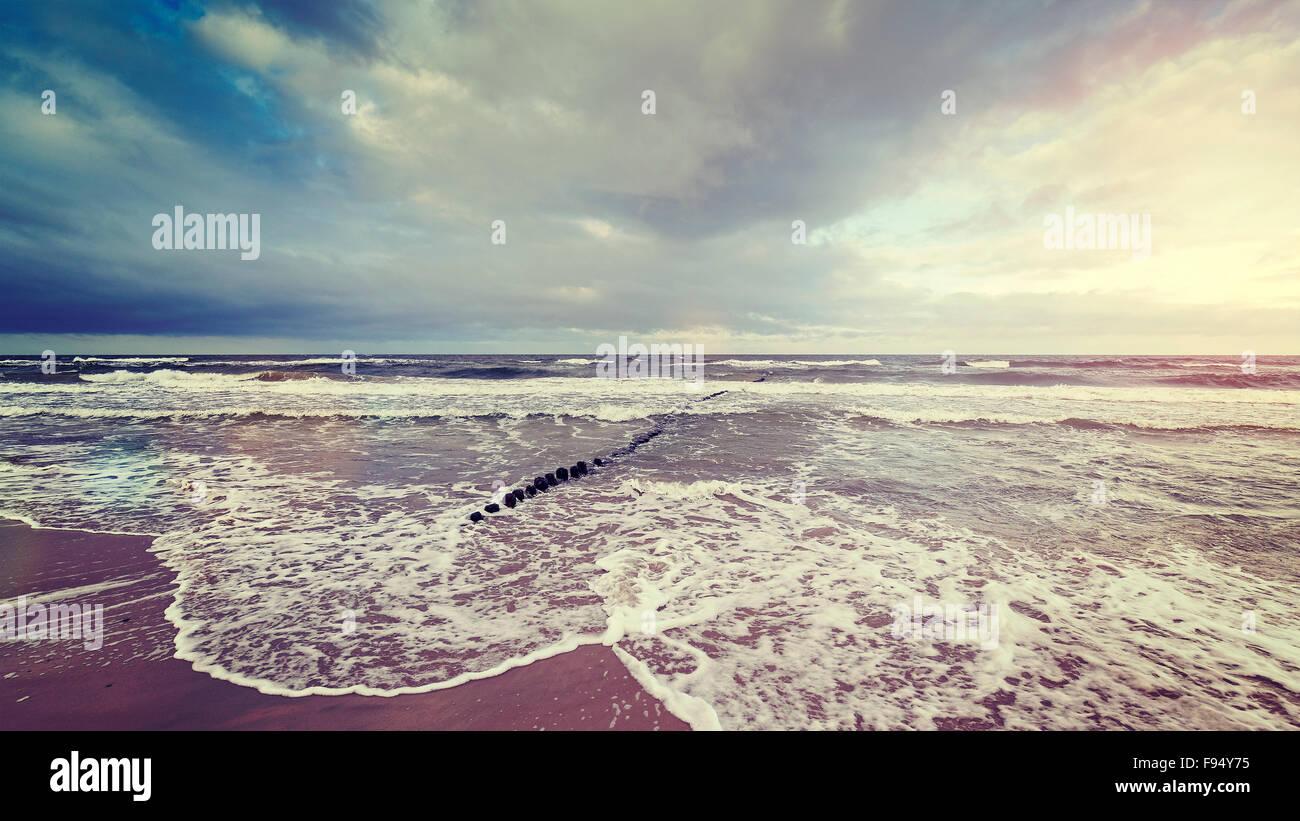 Vintage getönten Gewitterhimmel über raue See, die Ruhe vor dem Sturm-Konzept. Stockbild