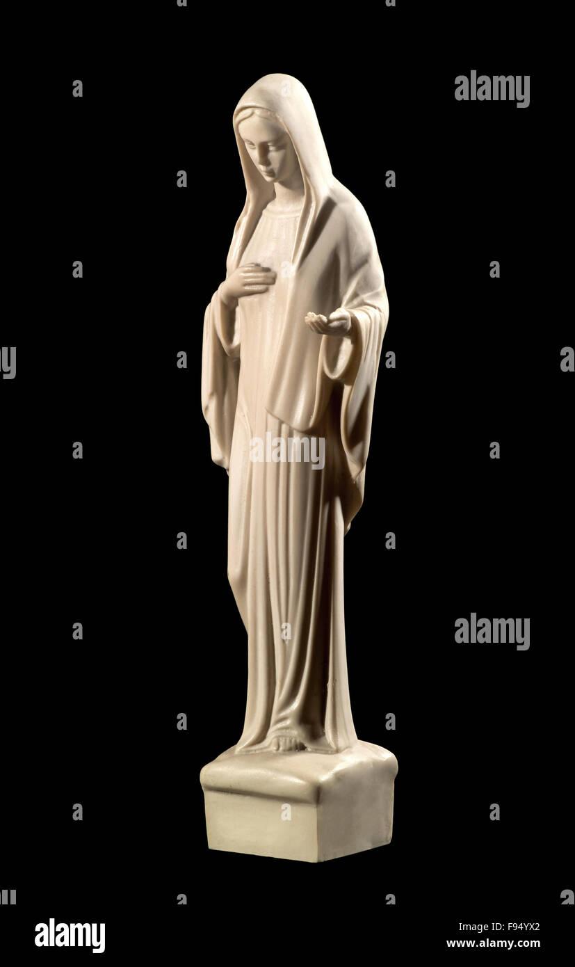 Statue der Jungfrau Maria auf einem schwarzen Hintergrund darstellen, Demut und Nächstenliebe Stockbild