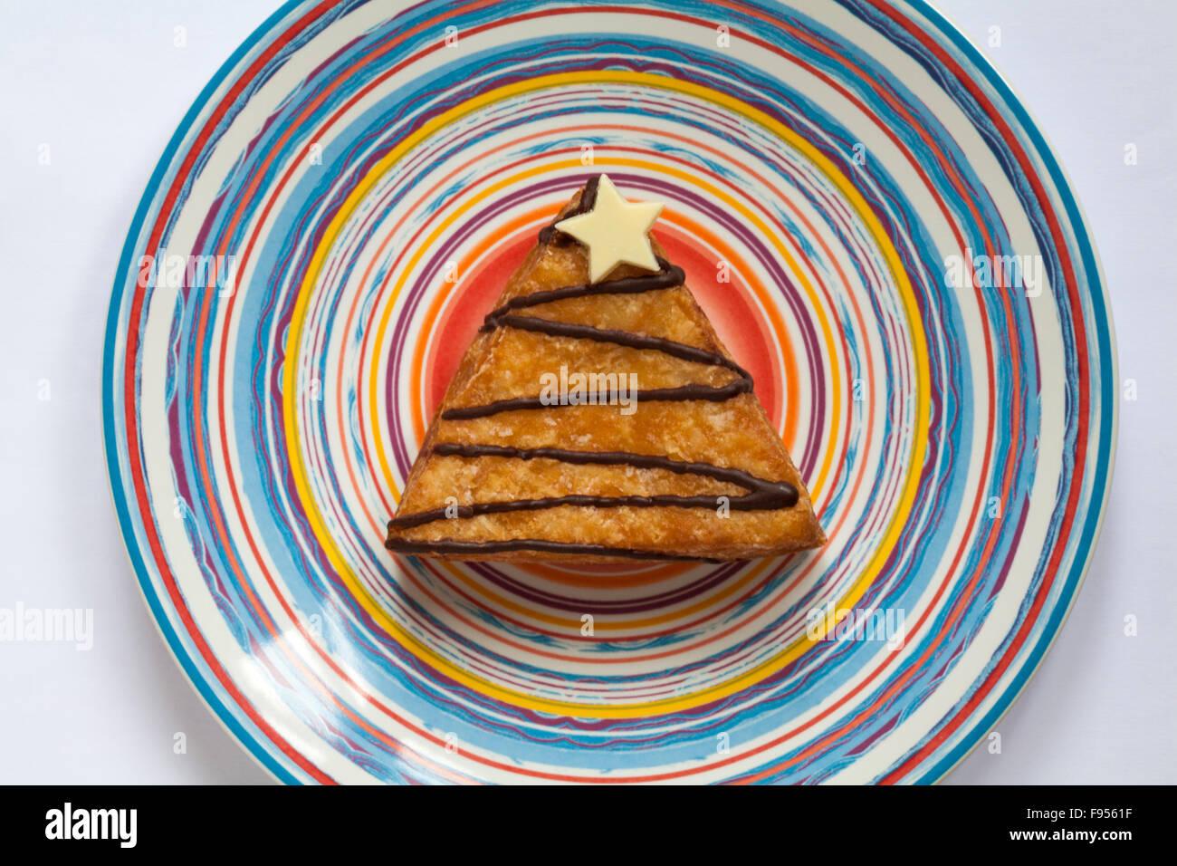 & S M Weihnachtsbaum Yum Yums iced Donut gefüllt mit Toffee-Sauce auf gestreiften Teller Stockbild