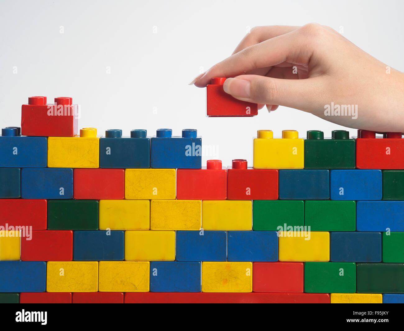 stack-hand up lego set als wand auf weißem hintergrund stockfoto