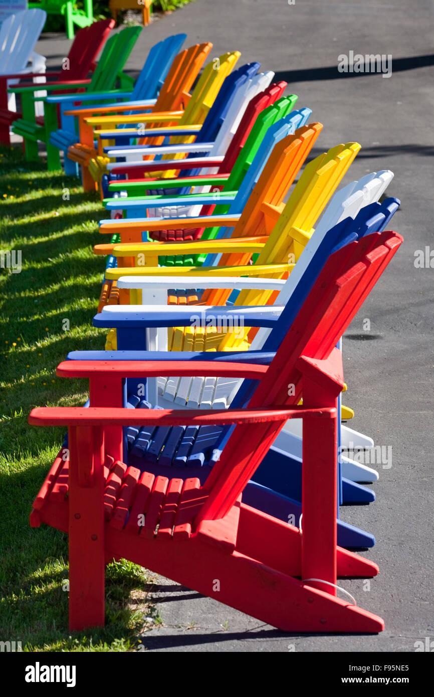 Reihe von bunten Adirondack Stühle zum Verkauf an der Homebased ...