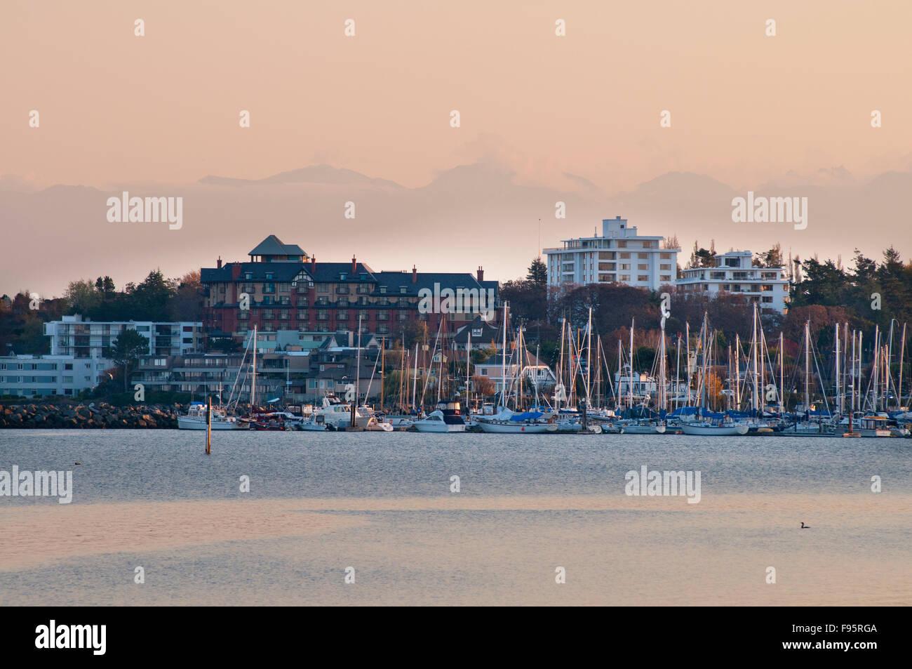 Die Oak Bay Marina leuchtet Rosa bei Sonnenuntergang wie aus Weiden Strand, Oak Bay, Victoria, BC Stockbild