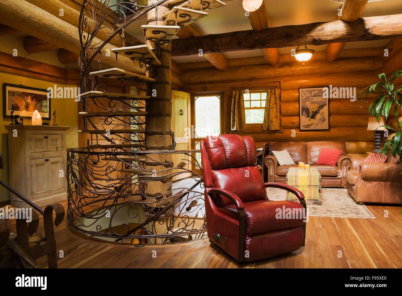 Spiralförmigen Holz Und Schmiedeeisen Treppe Und Roten Ledersessel Im  Wohnzimmer Im Landhausstil Erbaut 2003