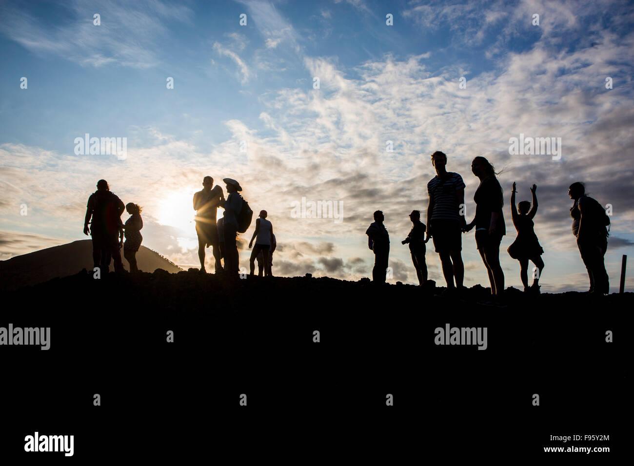 Die Galapagos-Inseln, Ecuador. Touristen genießen den Sonnenuntergang Stockbild