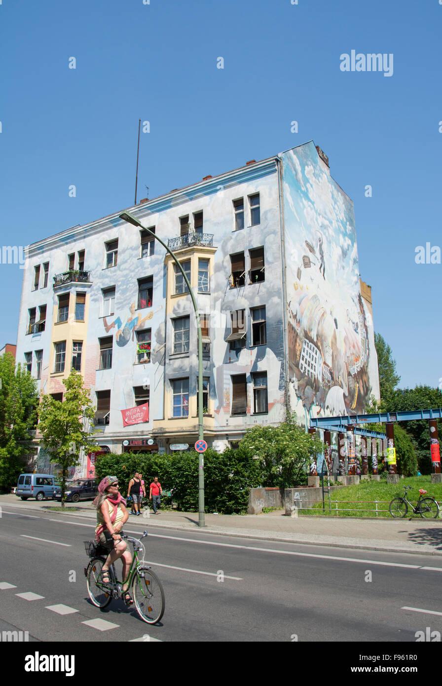 Urbane Kunst auf hocken Mietshaus wohnen, Berlin, Deutschland Stockbild