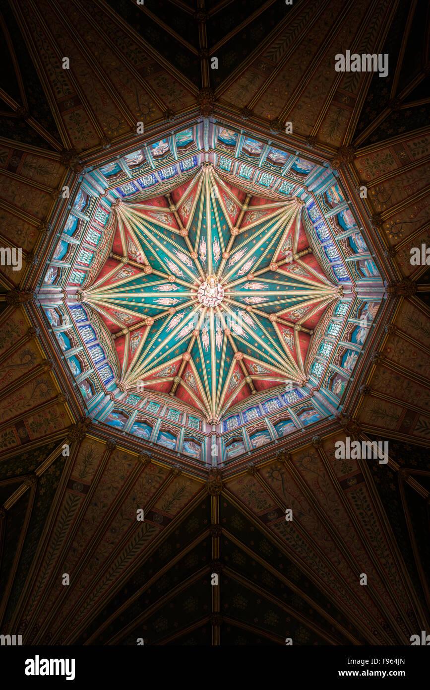 Die zentrale achteckiger Holzturm in der mittelalterlichen christlichen Kathedrale von Ely, England. Stockbild