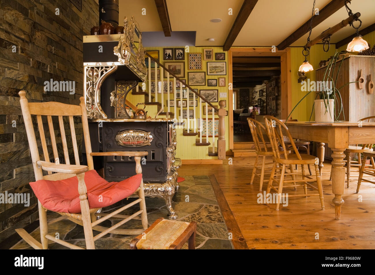 Alte Holz Schaukelstuhl Neben Einem Antiken Royal Modell Holz Küche Herd Im  Esszimmer Im Landhausstil Cottage