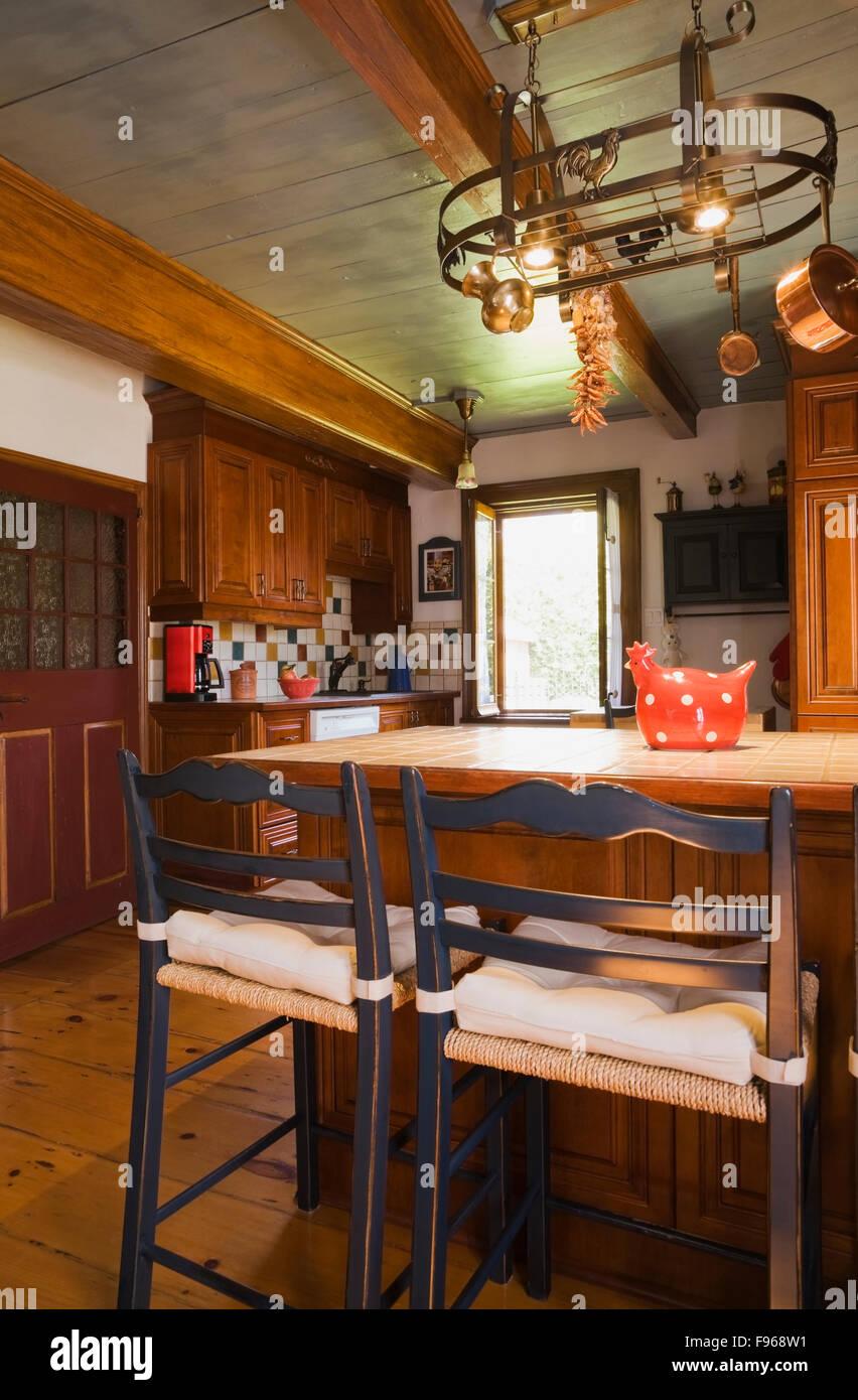 Kücheninsel mit zwei alten hölzernen Bistro Stil Stühle in der ...