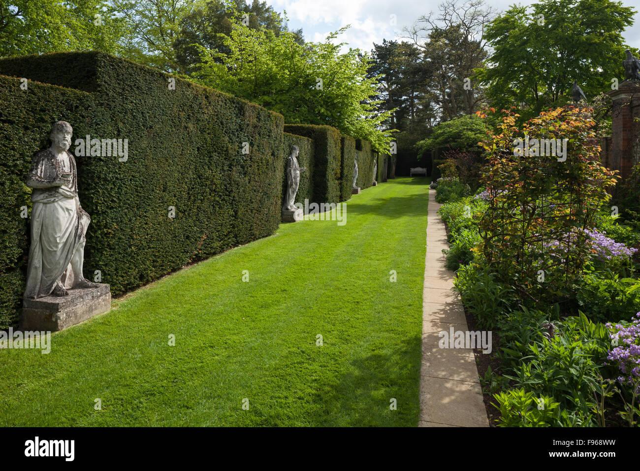 Zeitgenössische floralen Grenzen entworfen von Arne Maynard neben klassischen Statuen von Scheemaker in Cottesbrooke Hall Gardens, Northamptonshire, England. Stockfoto