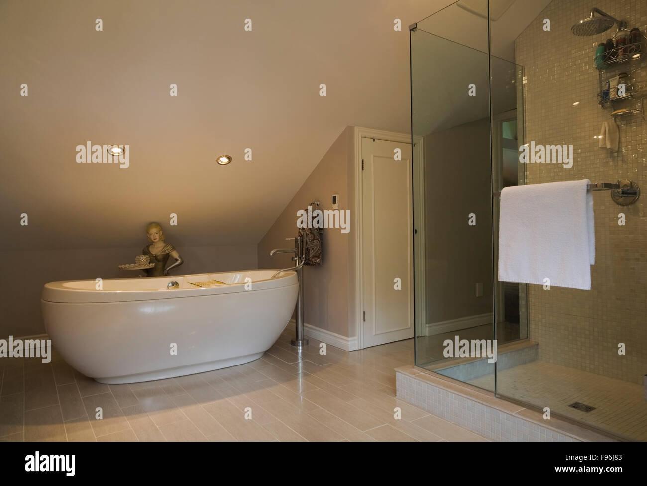 Master-Bad mit Oval geformte Badewanne und Glas Duschkabine in ... | {Duschkabine badewanne 90}