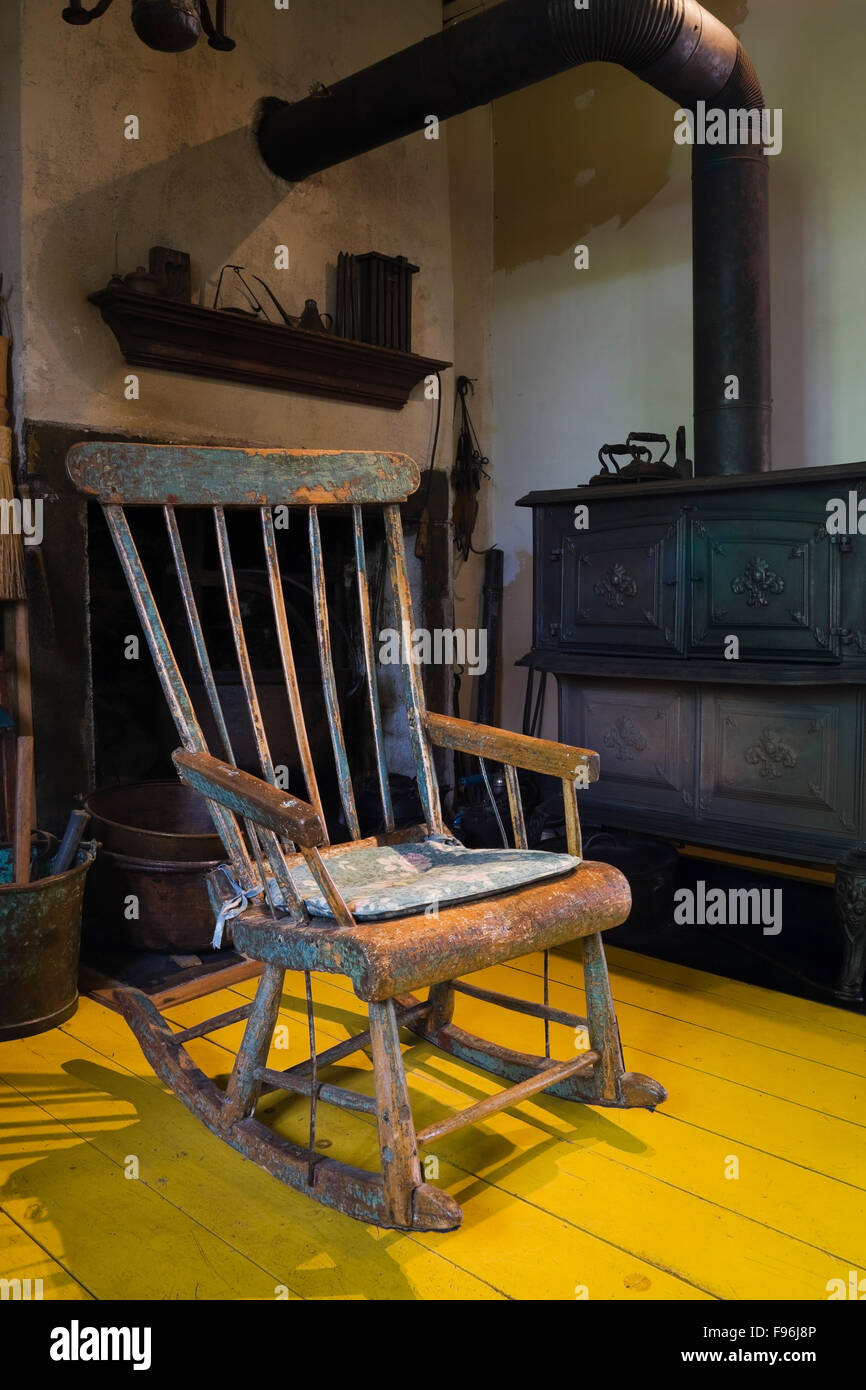 Antiker Schaukelstuhl Und Holzofen Vor Dem Kamin Im Speisesaal Im Inneren  Eines Alten Canadiana Feldsteinen (1840 S)