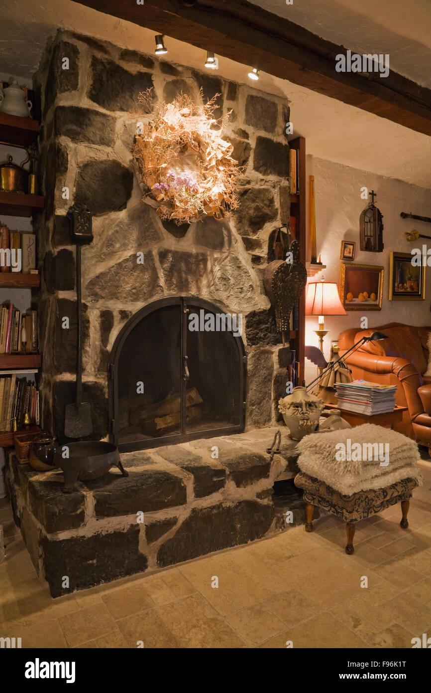 Steinplatte Kamin Neben Braune Ledercouch Im Lesesaal Im Inneren Eines  Alten 1809 Cottage Stil Wohnhaus,