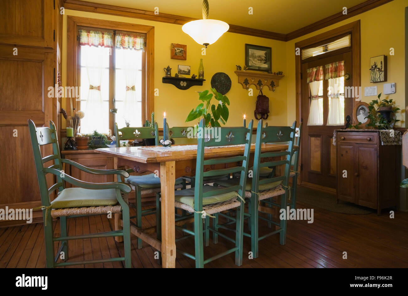 Holztisch mit grünen hohen hinteren Stühle in der Küche in ein altes ...