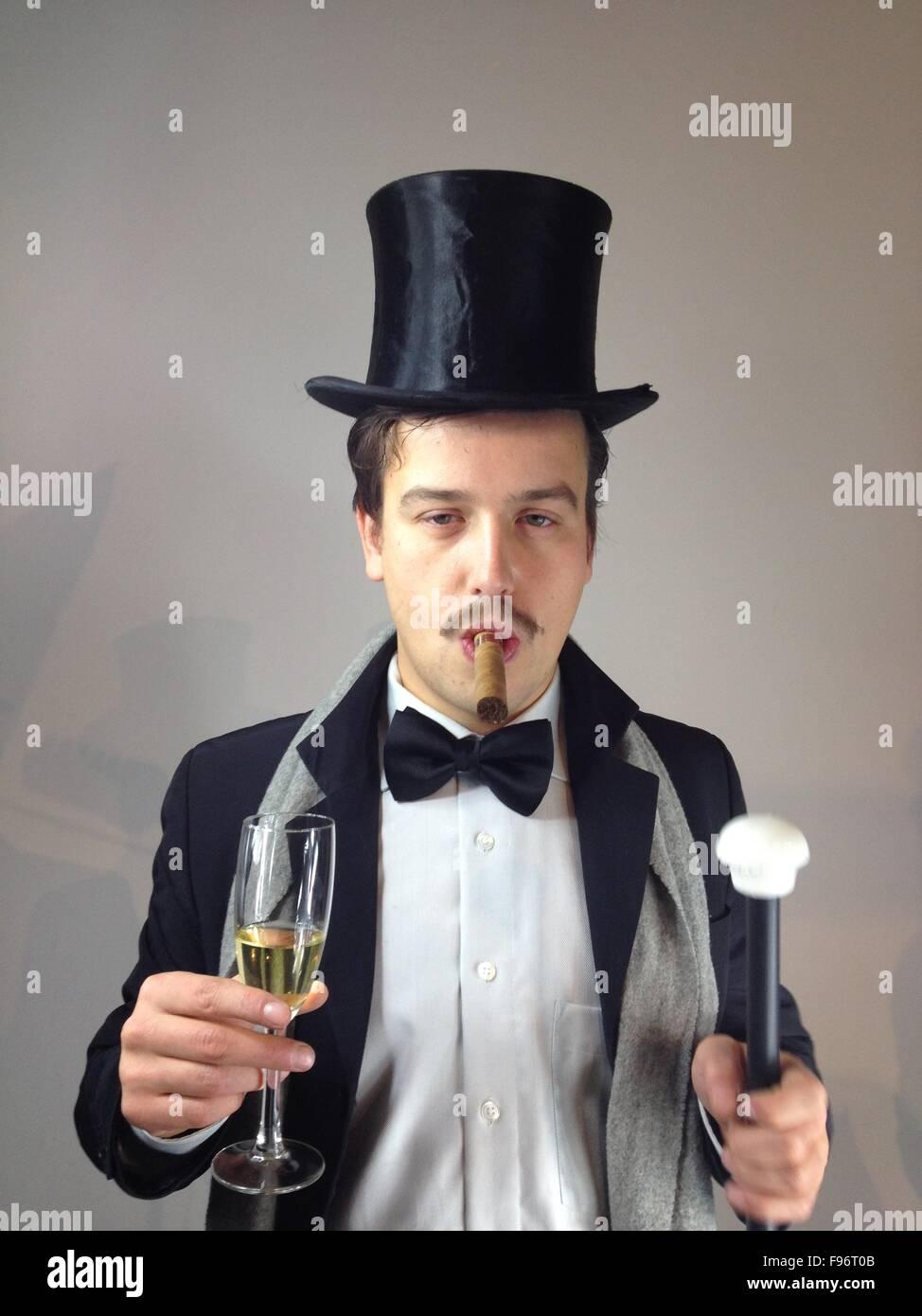 Mann mit Hut und Zigarre Stockbild