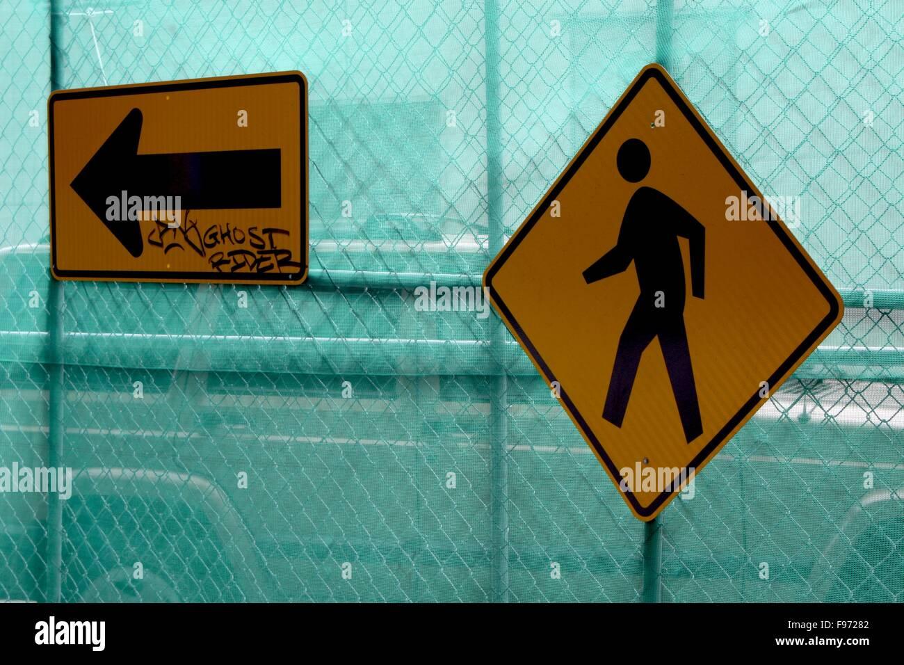 Verkehrszeichen auf einem Metallzaun Netto Stockbild