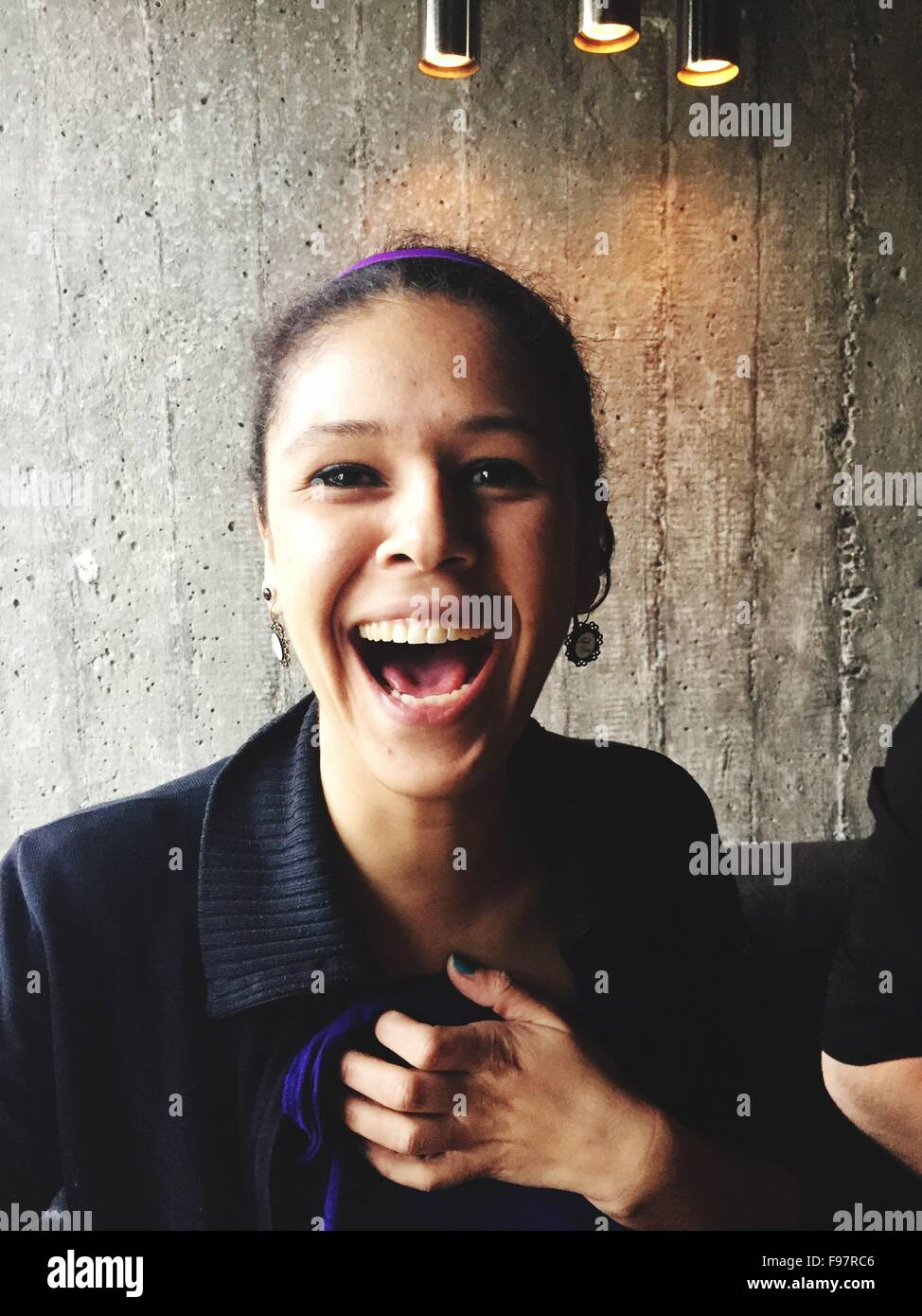 Close-up Portrait der glückliche junge Frau Stockbild
