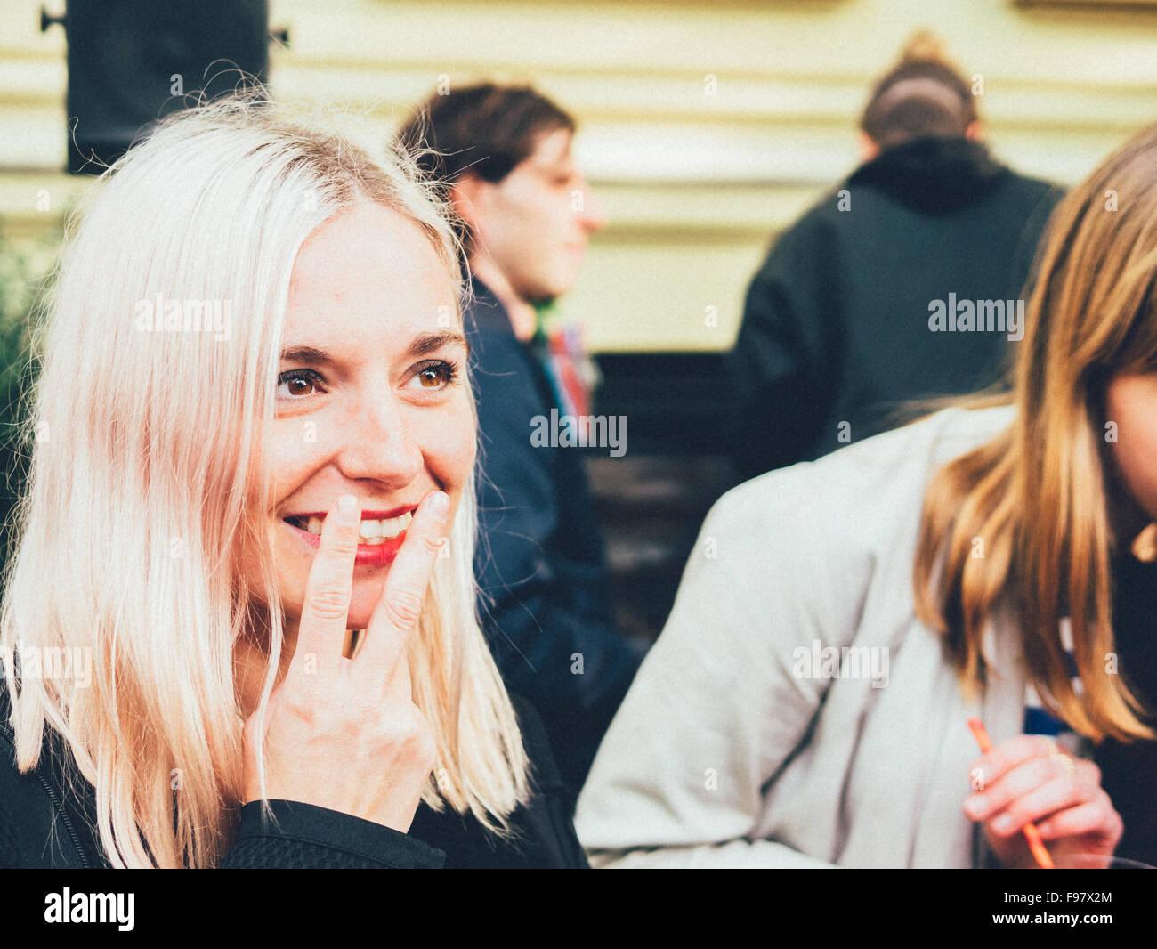 Schöne junge Frau mit Rauchen Geste Stockbild