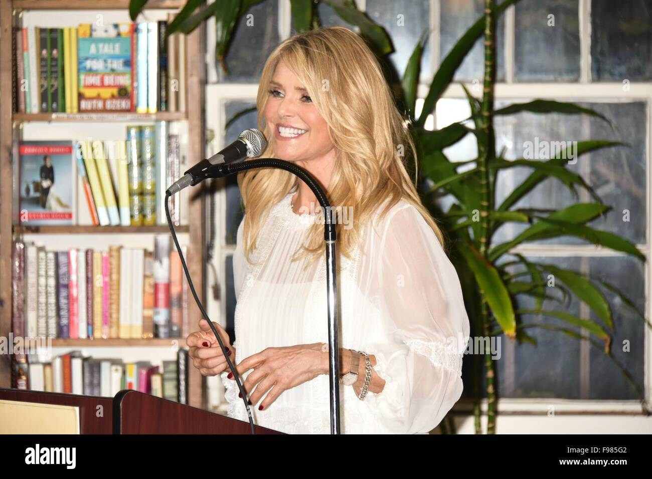 """Christie Brinkley unterschreibt Exemplare ihres neuen Buches """"Zeitlose Schönheit"""" bei Buch-Revue mit Huntington: Christie Brinkley Where: Huntington, New York, USA bei: 13. November 2015 Stockfoto"""