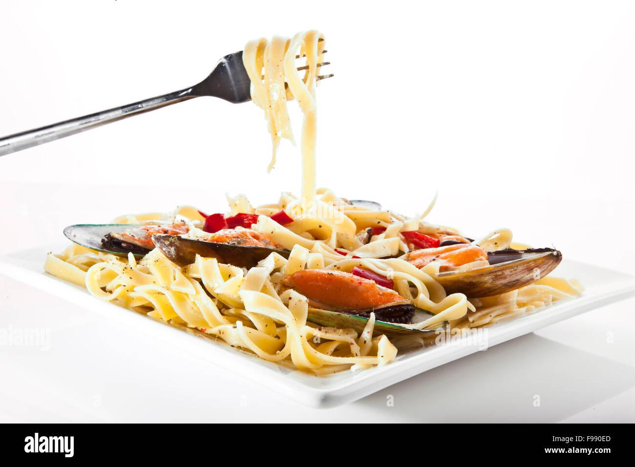 Pasta mit Muscheln auf weiße Schale - italienische Küche Stockbild