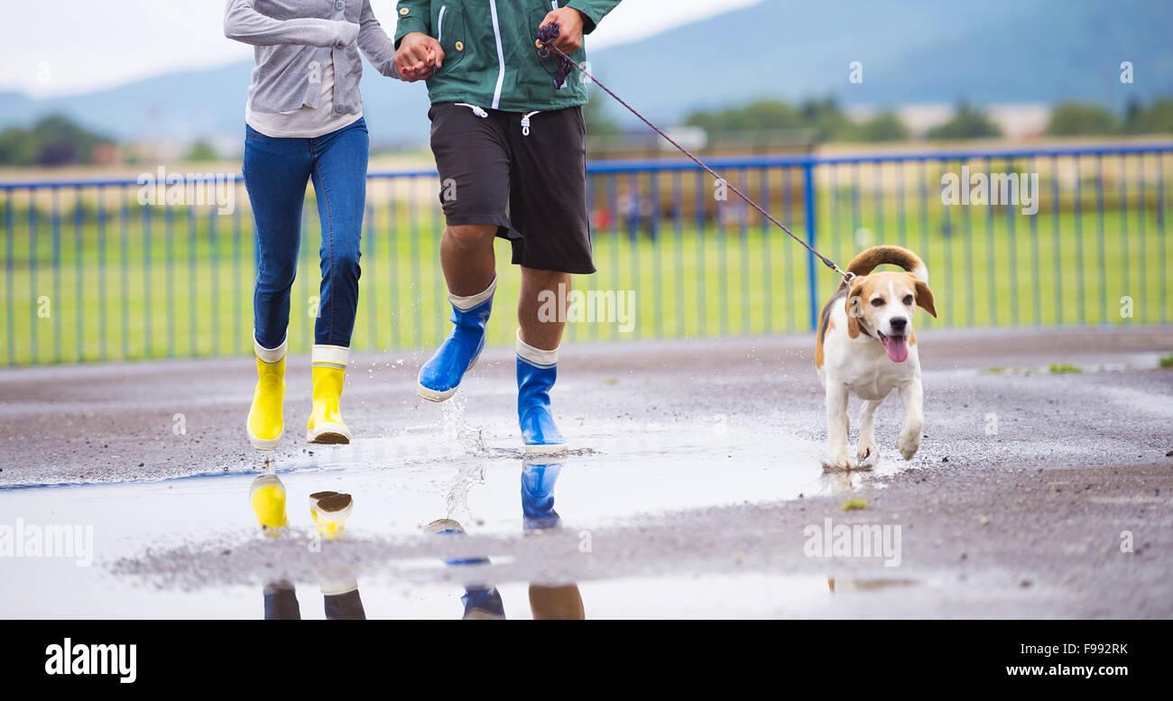 Paar Im Spazieren Hund Gummistiefel RegenDetails In 8Nnwv0ymO