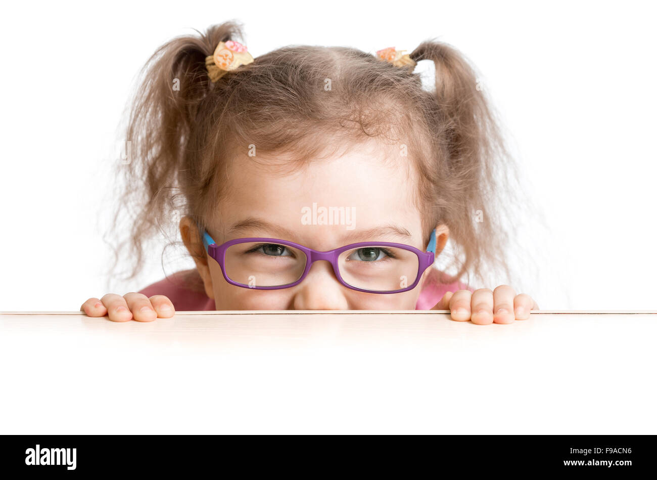 verängstigte Kind in Brille suchen unter Tisch Schreibtisch Stockbild