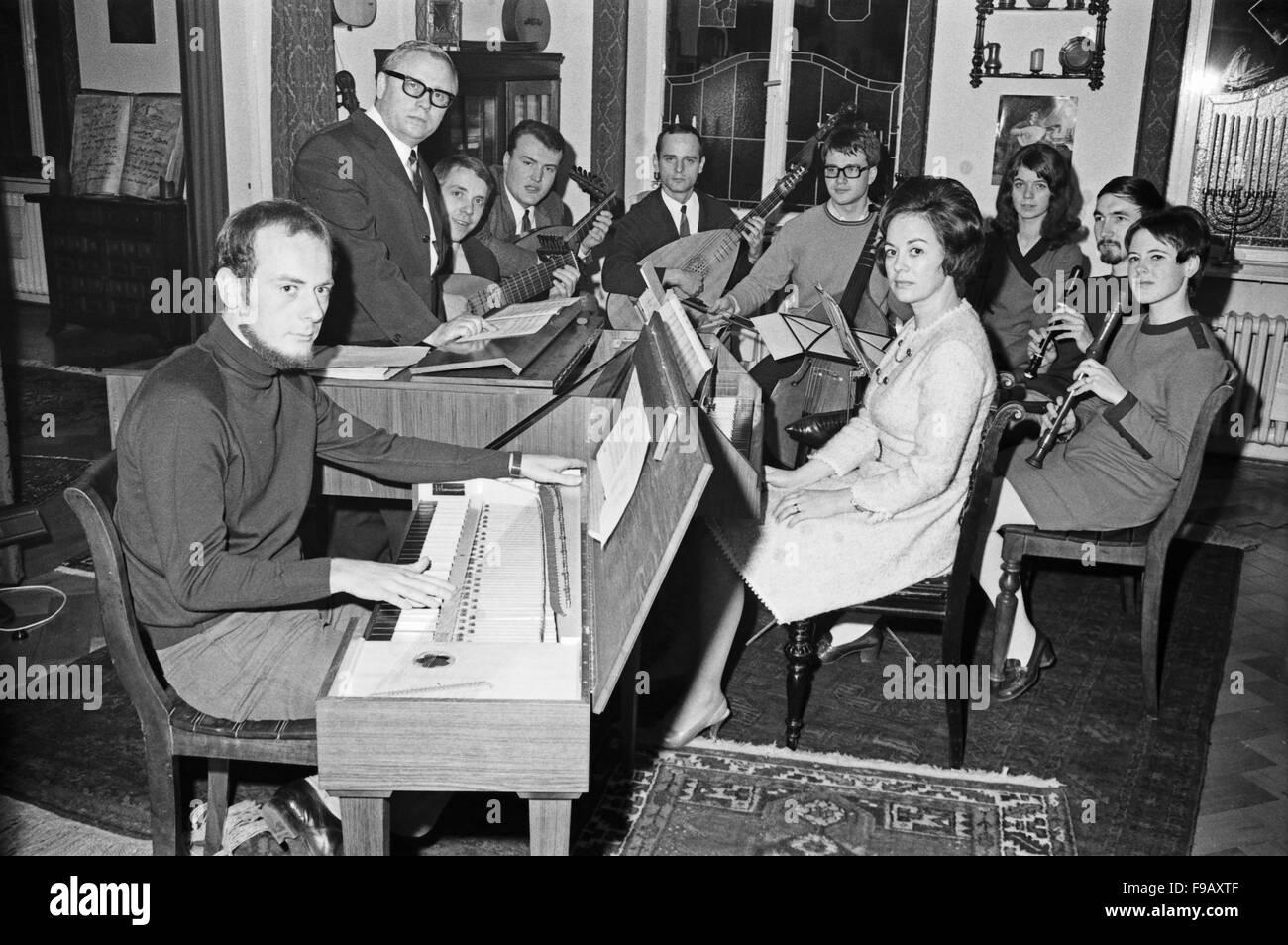 Der Deutsche Jazzgitarrist Und Publizist Werner Pöhlert (Anzug Und Brille) Mit Schülern Seiner Gitarrenschule, 1960er Stockfoto