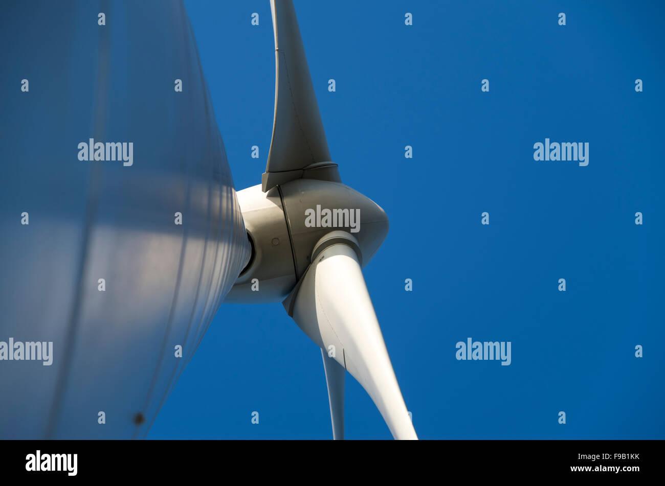 Ansicht von Wind Turbine auf der Suche nach oben von seinem Sockel, UK Stockfoto