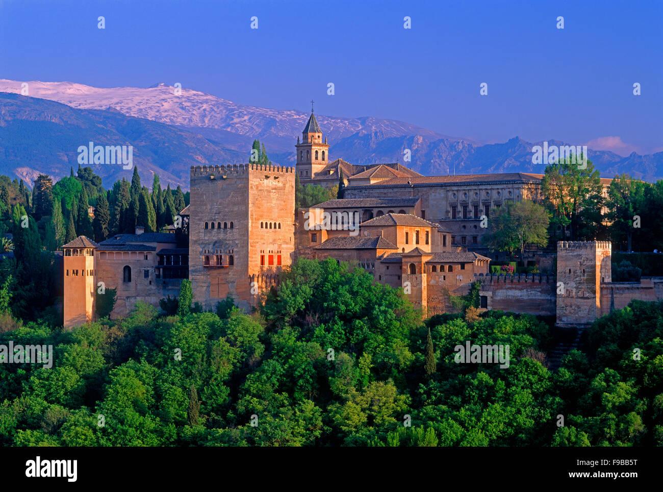 Alhambra und der Sierra Nevada, Granada, Andalusien, Spanien. Stockbild