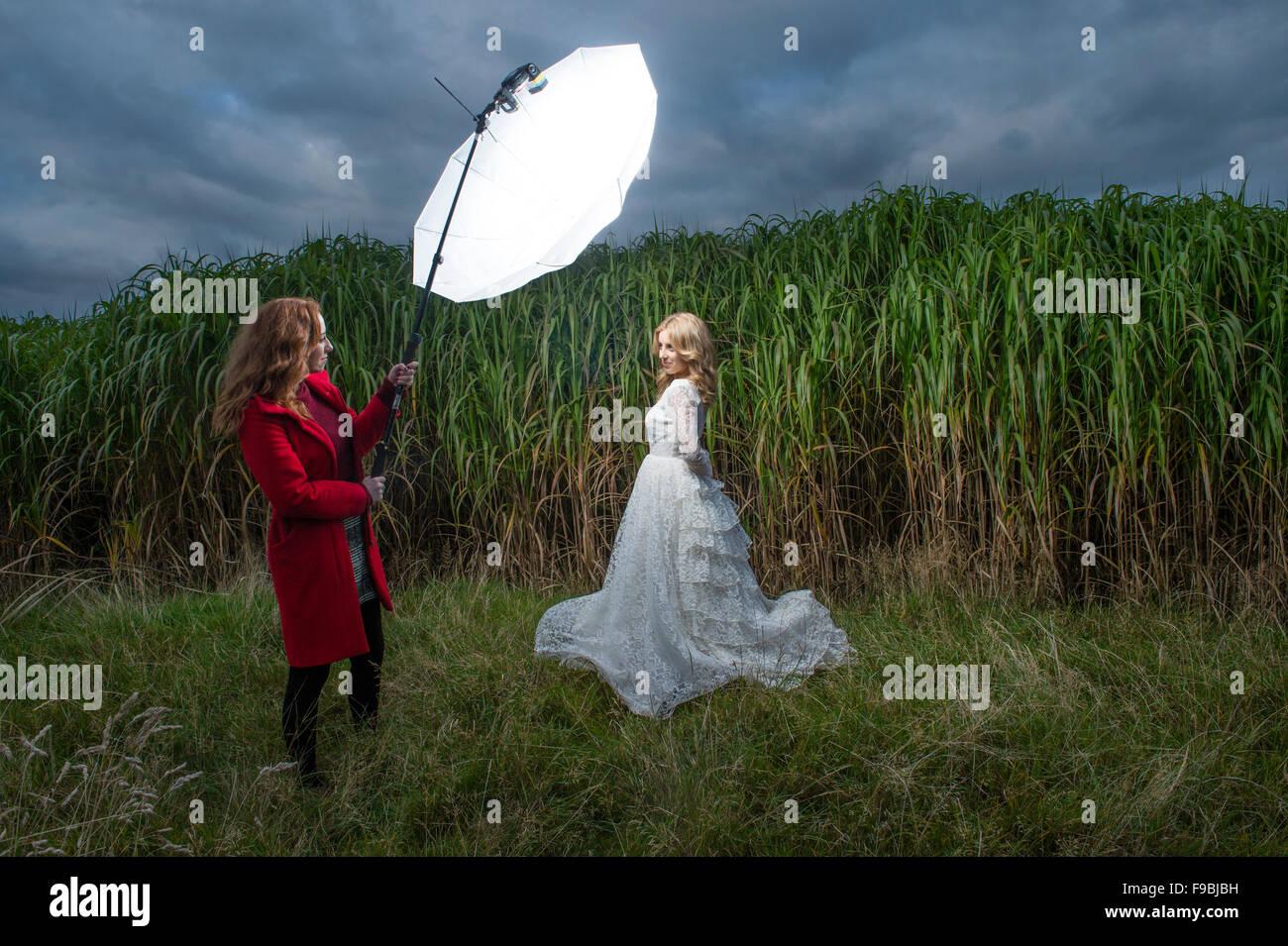 outdoor mode foto shooting eine junge blonde frau modell gekleidet wie eine braut tr gt ein. Black Bedroom Furniture Sets. Home Design Ideas