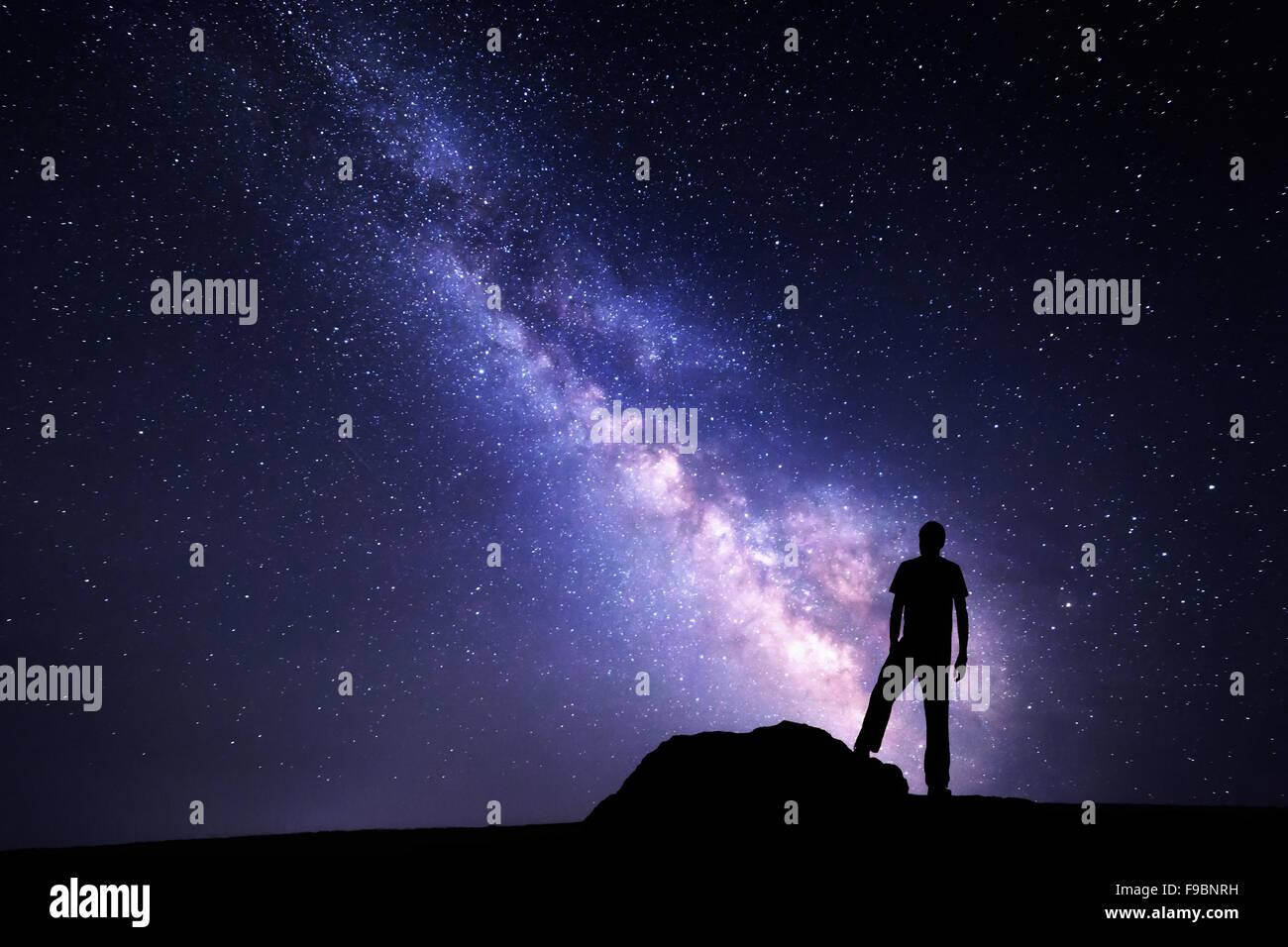 Milky Way. Nachthimmel mit Sternen und Silhouette eines Mannes mit angehoben bis Armen Stockbild
