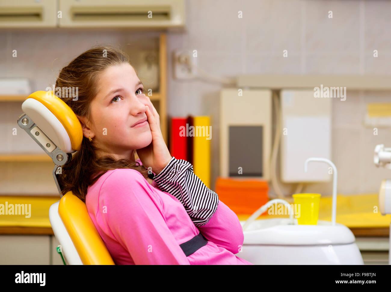 kleines m dchen ist beim zahnarzt angst wird stockfoto bild 91844557 alamy. Black Bedroom Furniture Sets. Home Design Ideas