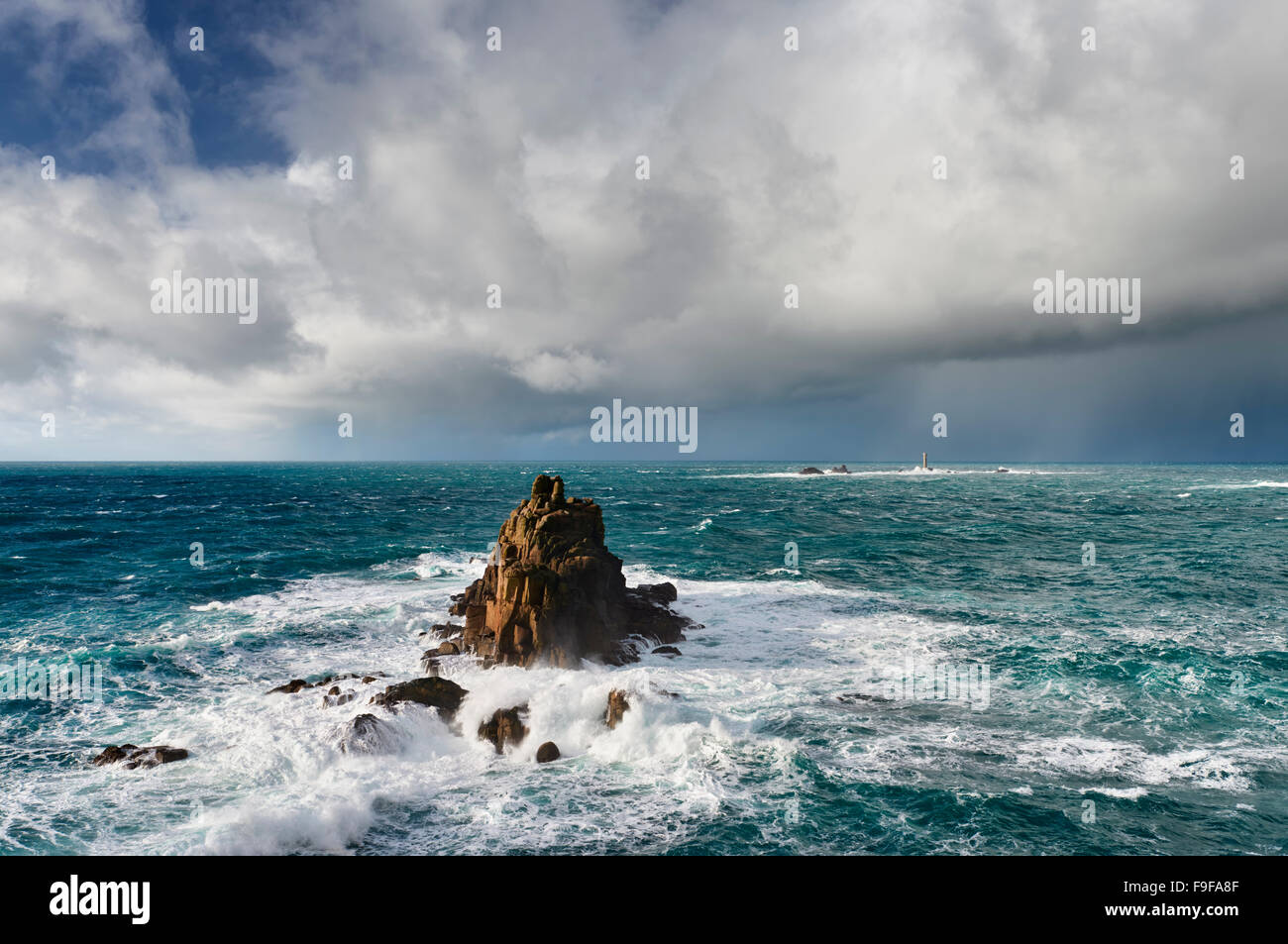 Riesige Meere Absturz um die bewaffnete Ritter-Rock-Formation bei Lands End Cornwall Stockbild