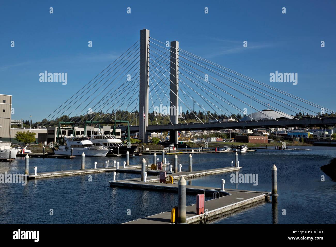 WASHINGTON - Dock Street Marina auf der Foss-Wasserstraße, die SR-509-Brücke und Tacoma Dome aus Tacoma Stockbild
