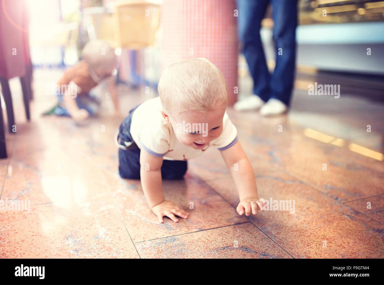 Kleiner Junge genießen ihre Zeit im café Stockbild