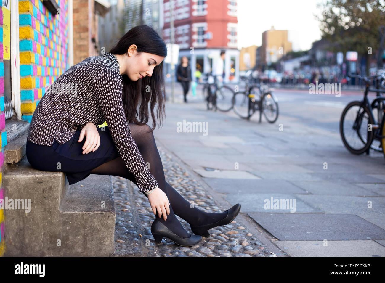 junge Frau in der Straße Gefühl Schmerz im Knöchel Stockbild