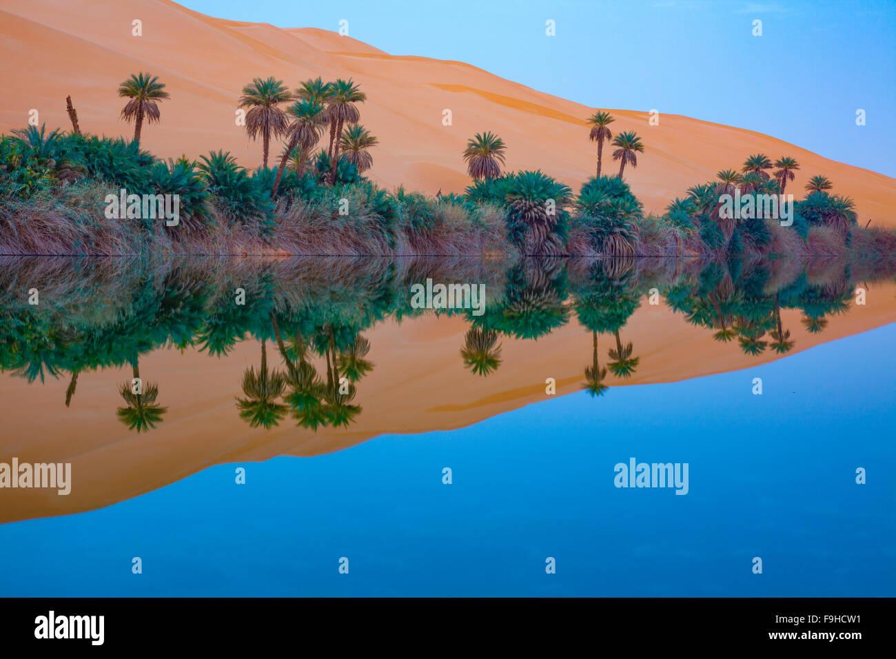 Umm-al-Maa See Reflexionen, Sahara Wüste, Libyen Ubari Seen, Ubari Sand Meer natürlichen Salzseen im Inneren Stockbild