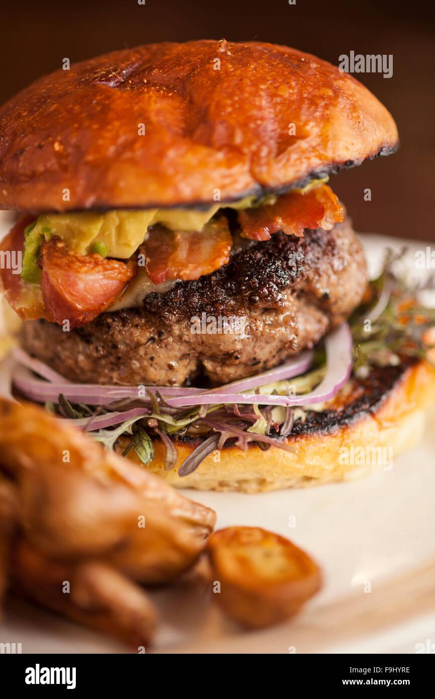 Hamburger mit Avocado, Speck, Käse und Zwiebeln, Barbareno Restaurant, Santa Barbara, Kalifornien Stockbild