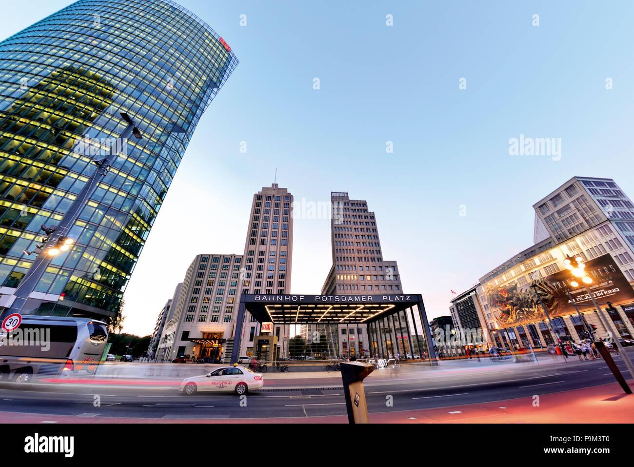Deutschland, Berlin: Moderne Architektur mit nächtlicher Beleuchtung am Potsdamer Platz Stockbild