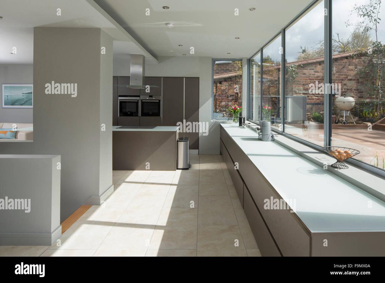 Einen großen offenen Raum, Küche und Essbereich, mit ...