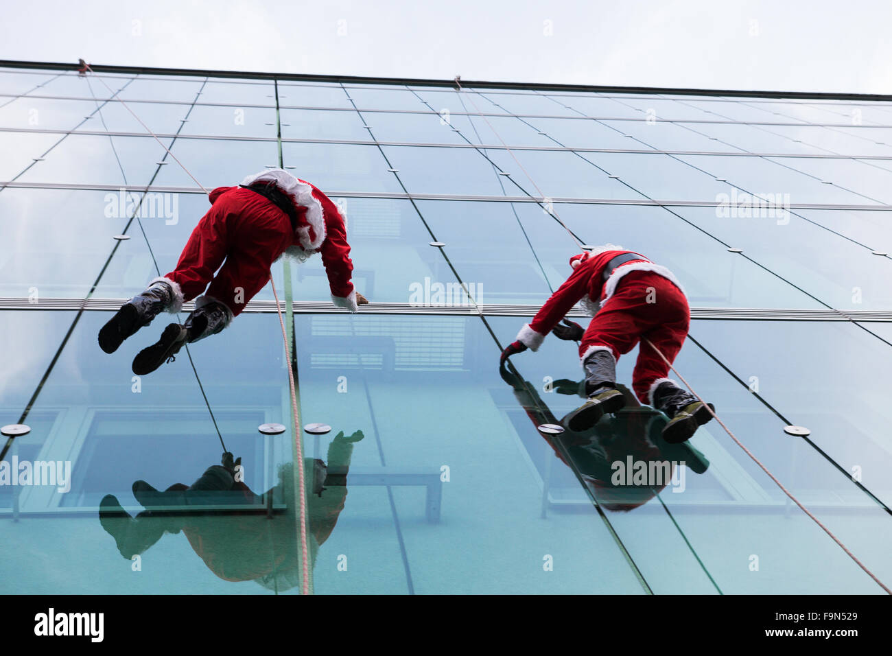 Ljubljana, Slowenien. 15. Dezember 2015. Santa Claus Abstieg vom Dach der Kinderklinik in Ljubljana, Kinder innerhalb Stockfoto