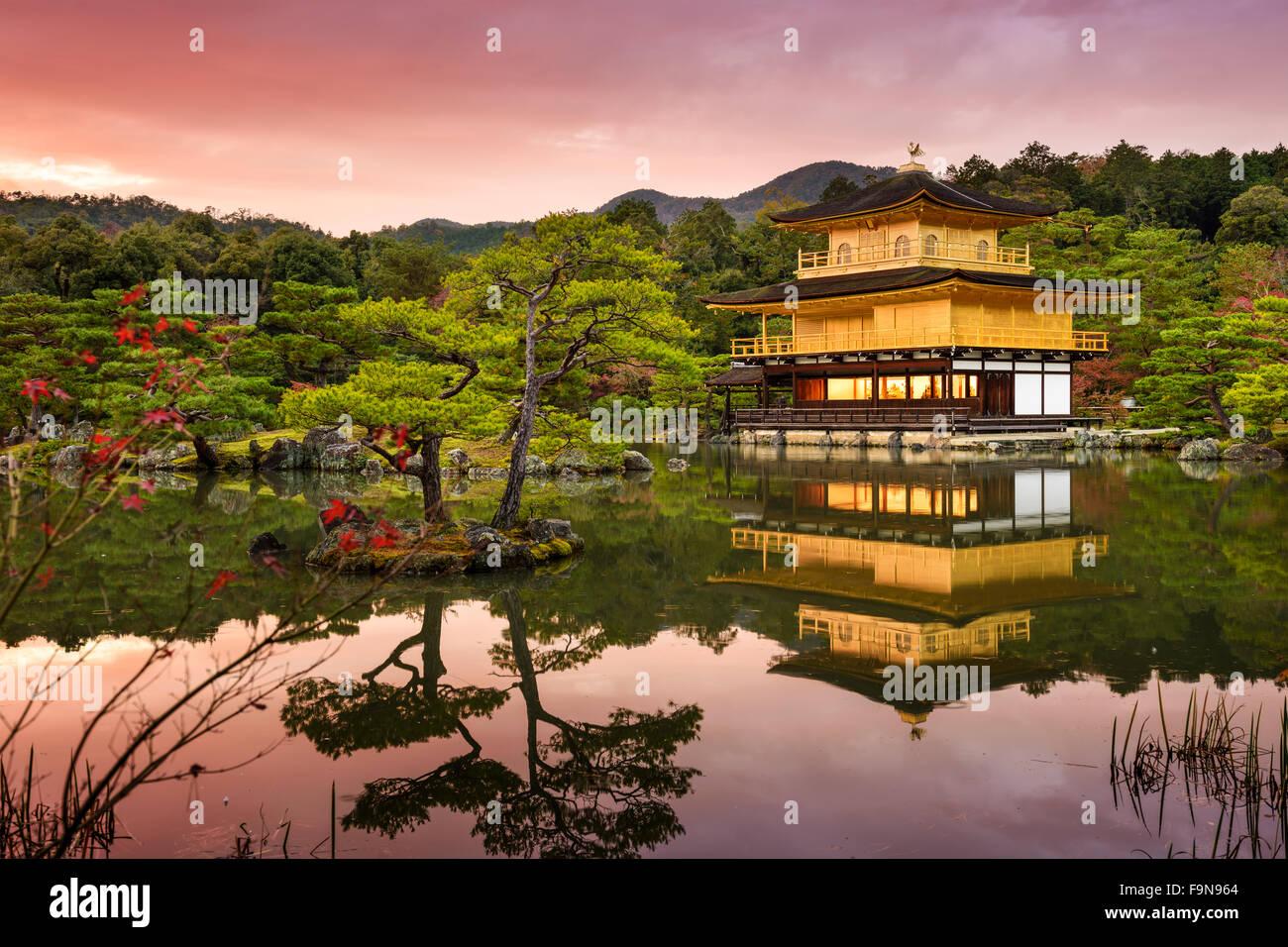 Kyoto, Japan im Goldenen Pavillon in der Abenddämmerung. Stockbild