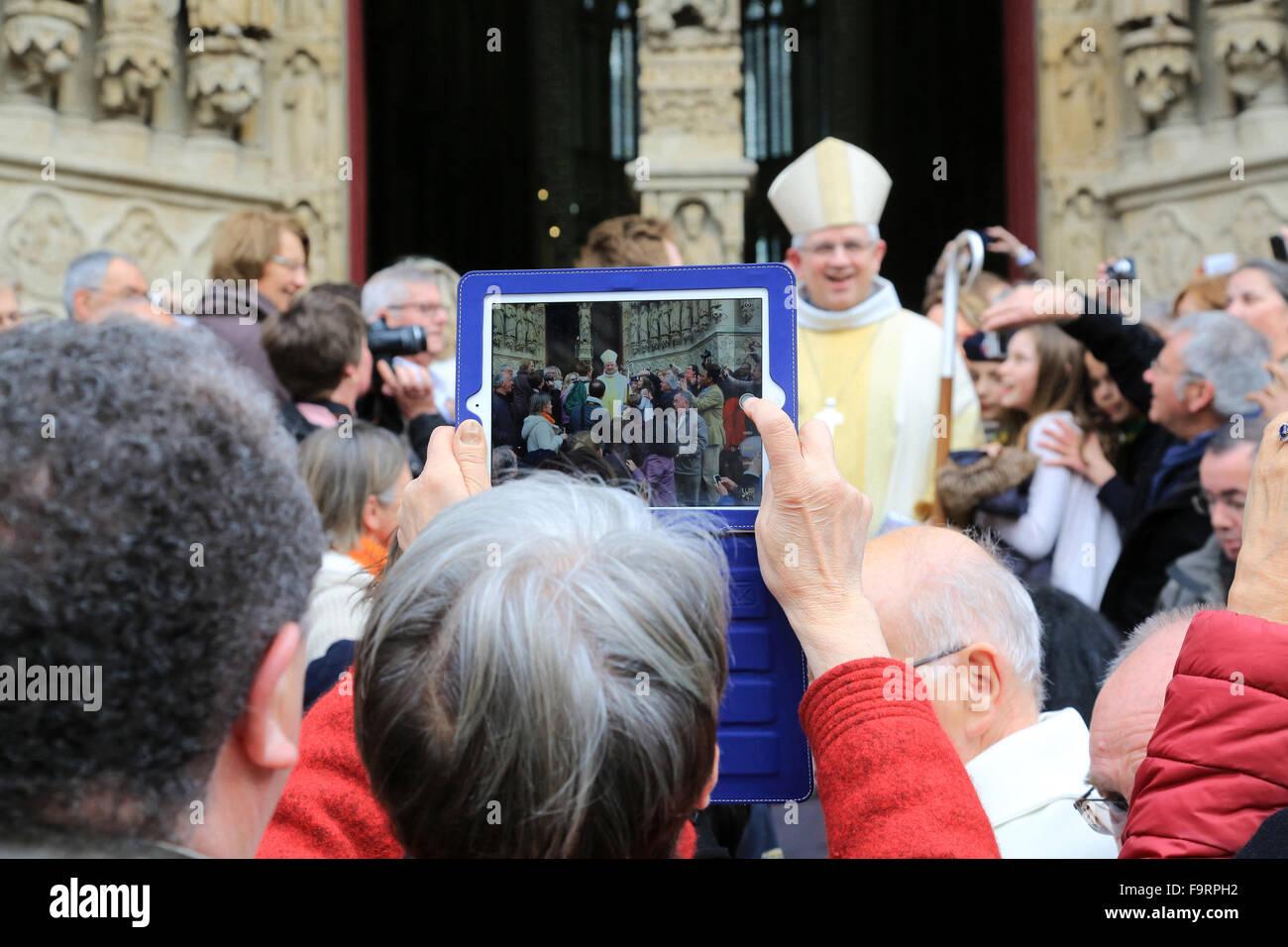 Masse-Ausgang. Bischofsweihe: Bischof Olivier Leborgne, Bischof der Diözese von Amiens. Kathedrale von Amiens. Stockbild